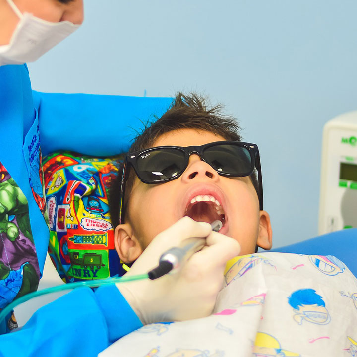 歯科医の仕事効率を上げる「歯科助手」